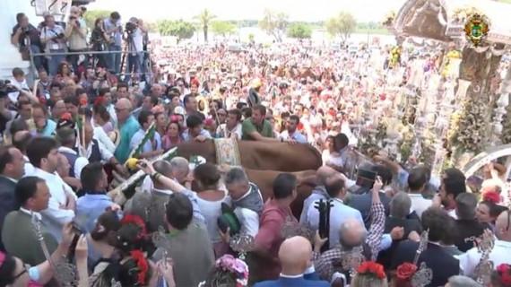 Ambiente festivo en la recepción de Hermandades por parte de la Matriz almonteña