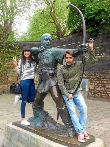 Amaia y Kico en el monumento a Robin Hood, en Nottingham.