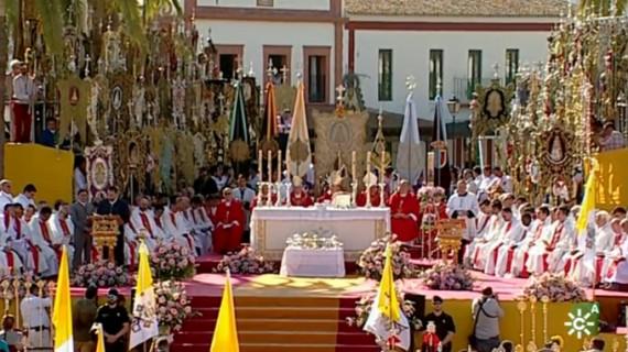 Los rocieros proclaman su fe a la Blanca Paloma en una multitudinaria Misa de Pentecostés