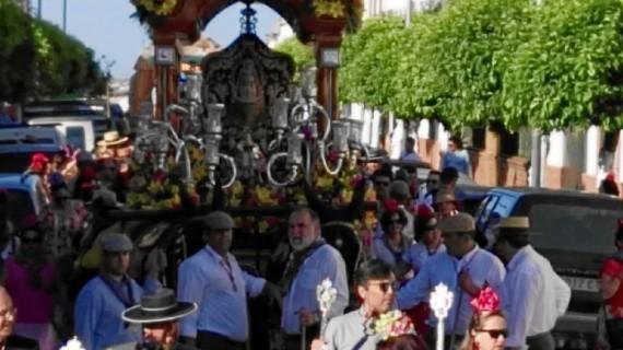 Paterna del Campo despide a su hermandad en su salida hacia El Rocío