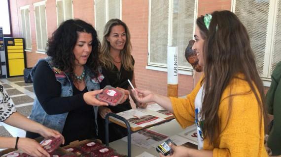 La UHU celebra el Día Mundial sin Tabaco intercambiando fresas por cigarrillos