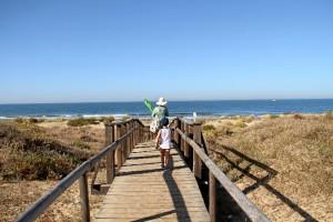 En total, se han concedido este año 4.421 banderas azules en todo el mundo, 696 para España (que es el primer país en el ranking mundial), 115 de ellas en Andalucía, de las cuales 11 son de la provincia de Huelva.