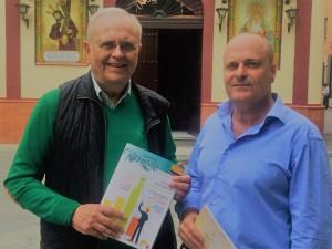 De izquierda a derecha: El presidente de Resurgir, Manuel García Villalba, entregando un ejemplar del boletín al director de HBN, Ramón Fernández Beviá.