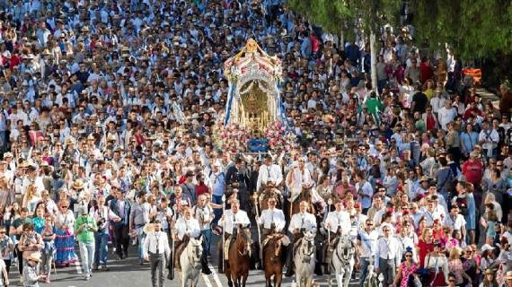 Los onubenses despiden a la Hermandad del Rocío de Huelva en su camino hacia la aldea