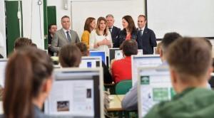 Susana Díaz en el IES La Palma del Condado acompañada por el alcalde palmerino.