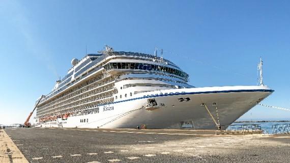 El crucero MS Riviera ya se encuentra atracado en el Muelle Sur