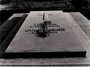 Tumba de Juan Ramón y Zenobia, en el cementerio municipal de Moguer. FZJRJ.