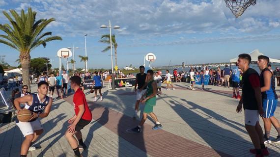 Unos 150 jugadores participaron en el arranque del Circuito Provincial 3×3 de baloncesto en El Rompido