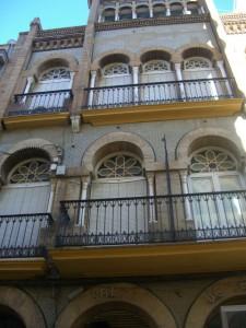 Vivienda de la calle Espronceda de Huelva, que muestra los típicos arcos de herradura del regionalismo. / Foto: Paula Crespo.