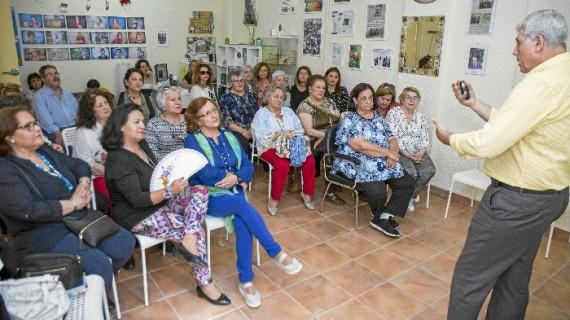 Treinta mujeres de la Asociación Fibronuba participan en una charla de prevención sobre violencia de género