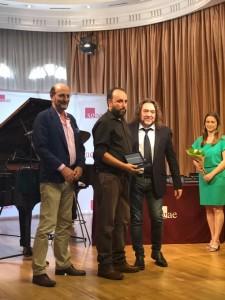 Rafa Pérez recoge en nombre de Manuel Garrido la llave de La Casa de los Autores.