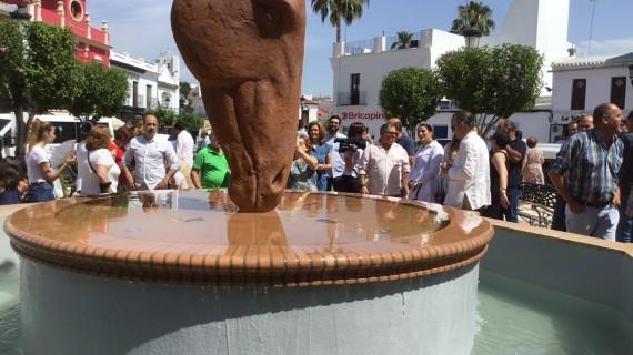Almonte es declarado socio de honor de la Asociación Nacional de Criadores de Ganado Marismeño y levanta una escultura en homenaje a la Saca de las Yeguas
