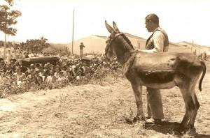 Moguer (6 de junio 1958)  despide a Juan Ramón y Zenobia. Foto de Roberto Méndez (Rowals).