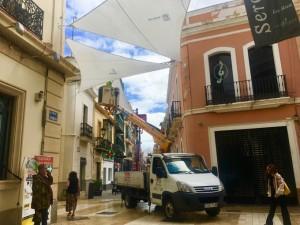 Instalación de los toldos en las calles del centro de Huelva.