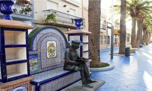 Aracena e Isla Cristina son los máximos exponentes del regionalismo onubense, pero no son los únicos. En la imagen, una característica foto del municipio, un espacio, el  banco-biblioteca, que fue diseñado por el propio Aníbal González.