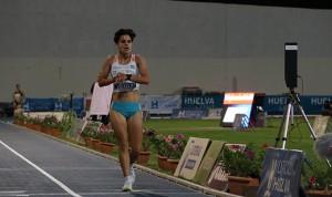 La granadina María Pérez llegando a la meta para batir el récord de España de los 3.000 metros marcha. / Foto: Laura Cebrino.