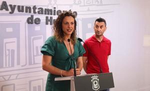 Un momento de la presentación en el Ayuntamiento de Huelva del programa de actividades deportivas en la playa de El Espigón.