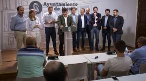 Un momento de la rueda de prensa del alcalde de Huelva, junto a representantes de su equipo de Gobierno y consejo de administración del Recre.