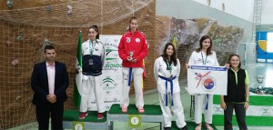 Eva Salguero, del Gimnasio Yoon de Huelva, en lo más alto del podio.