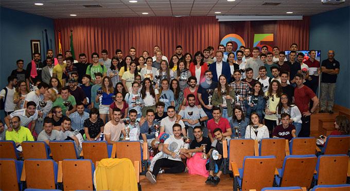 Los galardonados en el acto de clausura del curso deportivo en la Universidad de Huelva.