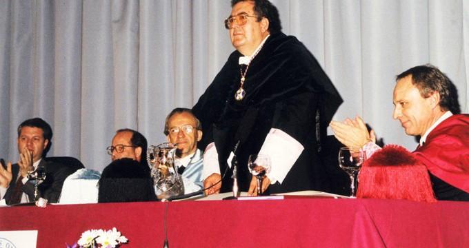 La UHU se suma al recuerdo del fallecido Francisco Ruiz Berraquero, su primer rector