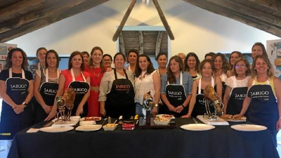 La Sierra acoge un curso de iniciación al corte de jamón para mujeres