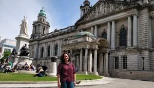 La joven es profesora en una guardería irlandesa.