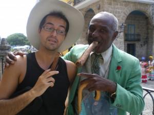 Este onubense tiene la suerte de viajar mucho. / En la imagen, en una fotografía tomada en Cuba.