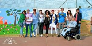 Foto de familia de los pintores participantes con miembros del AMPA.