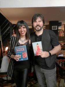 La joven autora junto a Manuel Cuesta en Sevilla.
