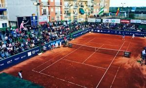 Lleno en el Recreativo de Tenis para presenciar una final que no defraudó. / Foto: @rcrtenishuelva.