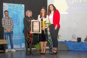 Recibiendo el Premio Bollullos Joven en la modalidad de Trayectoria Académica e Investigación.