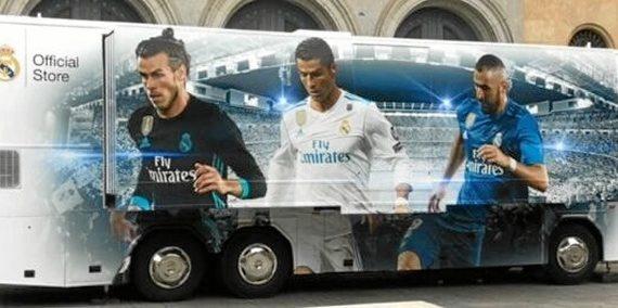 El autobús del Real Madrid visita la playa ayamontina de Isla Canela