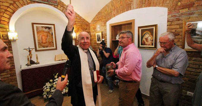 El obispo de Huelva bendice la restauración de la capilla de la Plaza de Toros de La Merced