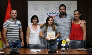 Un momento de la recepción en el Ayuntamiento de Cartaya a la luchadora local Natalia Pereda.