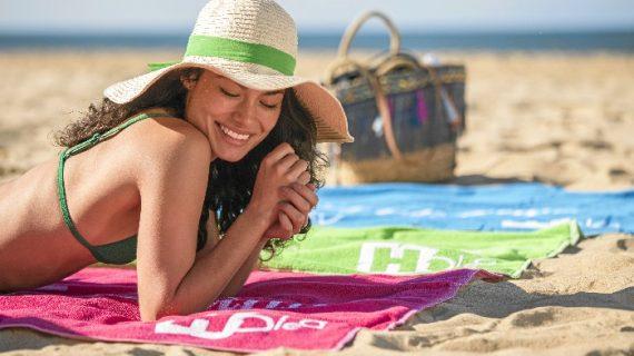 Holea regala divertidas toallas de playa a sus clientes