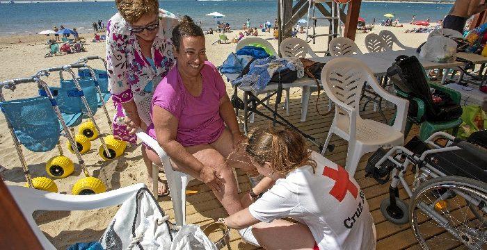 'Un baño sin fronteras' llevará a la playa a más de 100 onubenses con discapacidad