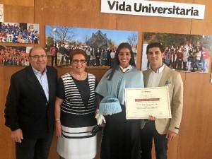 La joven de Bollullos, junto a su familia, tras recibir el premio extraordinario de doctorado de la UHU.