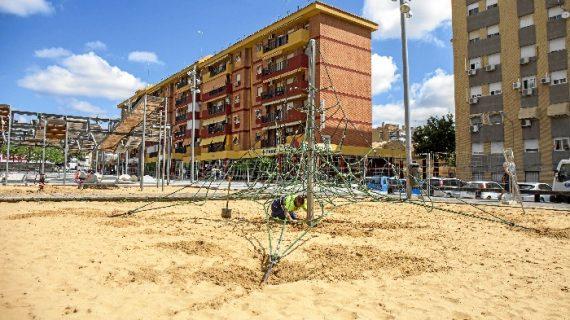 Comienzan las obras de remodelación del parque infantil de la Avenida de Galaroza