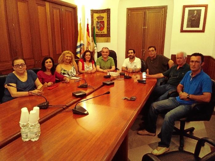 El alcalde de Beas recibe a la nueva Junta de Gobierno de la Hermandad de Clarines