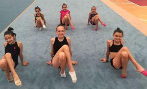 Las gimnastas trabajando a las órdenes de la entrenadora de Bulgaria.