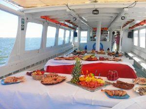 Las embarcaciones pueden ser reservadas por grupos para disfrutar de un plan diferente navegando por la Ría de Huelva.