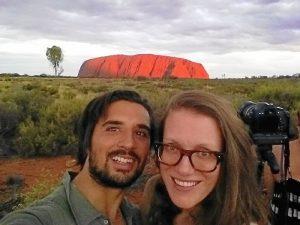 Junto a su mujer en Uluru, Australia.