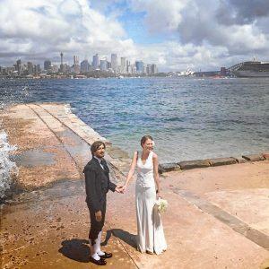 Un momento de su boda en Sídney, con trajes de Justo Algaba y Frank Sarabia.