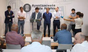 Un momento de la rueda de prensa del alcalde de Huelva, Gabriel Cruz, en la que anunció que ahora tampoco habrá venta del Recre.