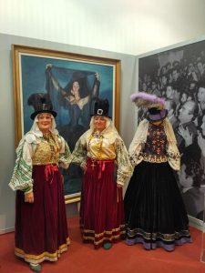 Mujeres de Puebla de Guzmán con el traje típico.