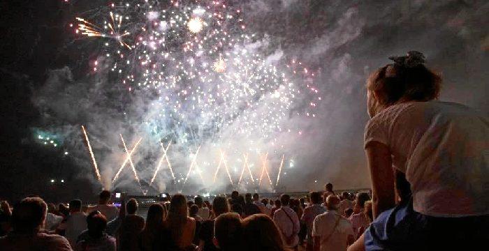 Un castillo de fuegos artificiales pone el punto y final a las Colombinas 2018