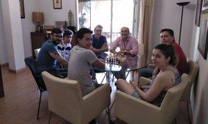 Un momento de la reunión que mantuvo el alcalde de Lepe con los jóvenes ajedrecistas.