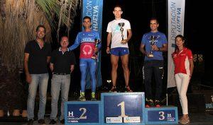 Los primeros clasificados en la categoría masculina de V Carrera Nocturna 'Entorno de La Rábida'.