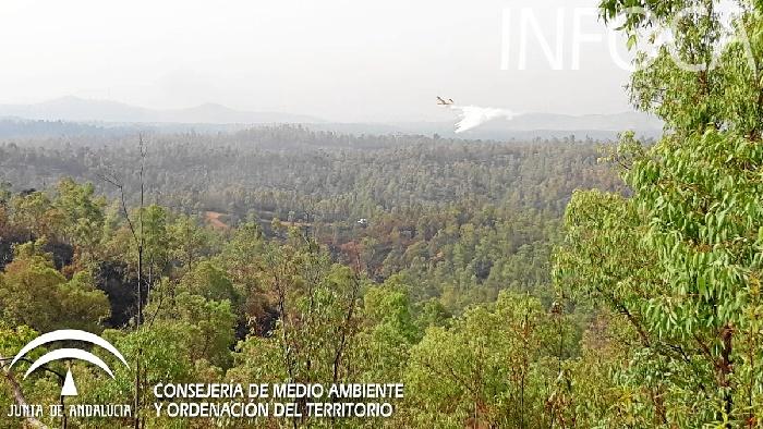 Controlado el incendio en Almonaster la Real tras afectar a 300 hectáreas